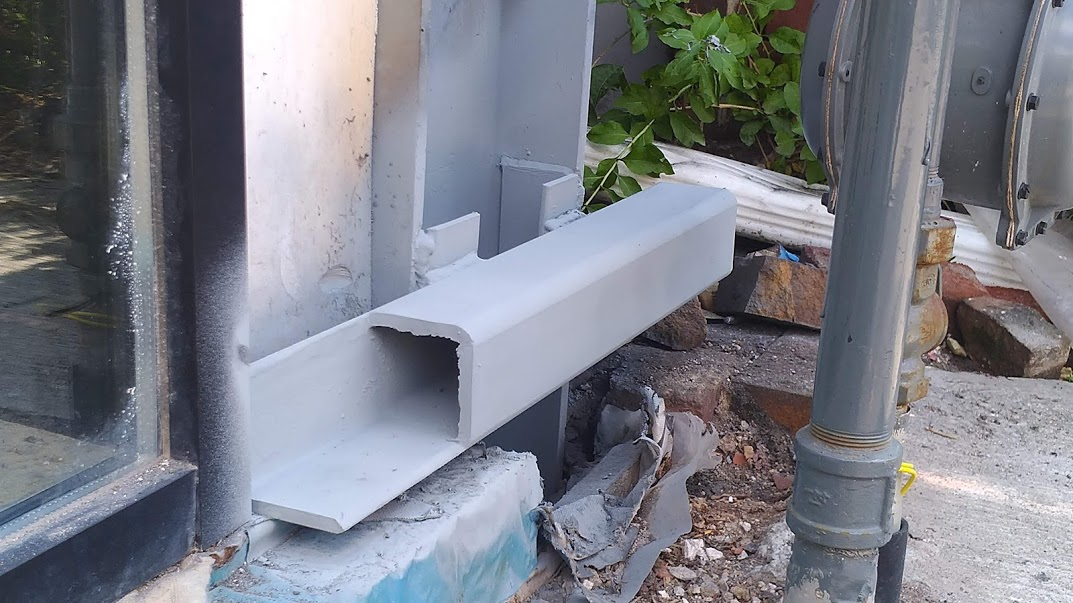 Vertical column with galvanized square pipe welded at the bottom